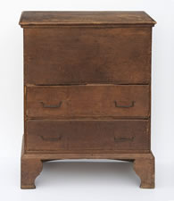 1720-1740 NEW HAMPSHIRE BLANKET CHEST WITH NARROW FORM AND GREAT VERTICAL LIFT FROM A DYNAMIC BRACKET BASE